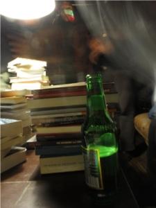 Libri e birretta sulla cassapanca di Laofei.