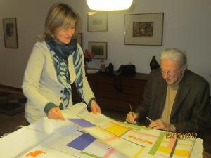 """Giorgio Orelli mentre firma """"La buca delle lettere, Ragni"""" (con Elisabetta Motta)"""