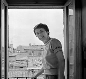 Amelia Rosselli alla finestra della sua casa di Via del Corallo_foto di Dino Ignan
